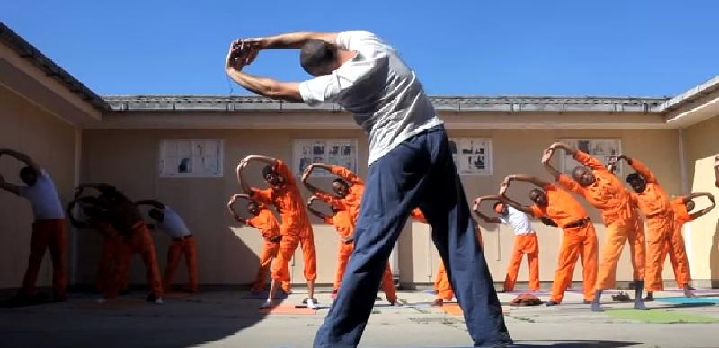 ヨガで変わった囚人の心 ある刑務所の講師が語る