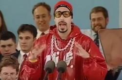 ラッパーに扮したサシャ・バロン・コーエンがハーバード卒業式でスピーチ