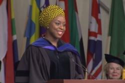 「フェミニズムは選ばれた人のためのカルトではない」ナイジェリアの女性作家が米名門女子大の卒業式で語ったこと