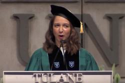 「Yes, and」で自分の運命を切り拓け 米コメディアン、マーヤ・ルドルフの卒業式スピーチ