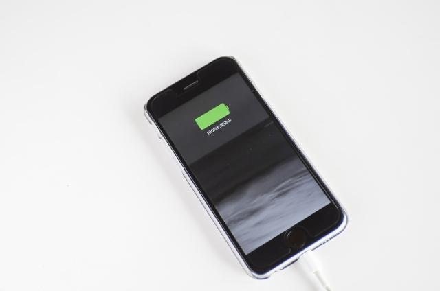 「スマホの電池は使い切ったほうがいい」は本当か? バッテリーを長持ちさせる方法を科学的に解説