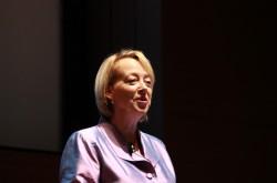 「週に2日ずつ、平均寿命が延びている」リンダ・グラットンが説く、超長寿社会での人生観