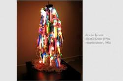 エイリアンのような光は都市化の象徴か? 衣服を通して見えてくる世界
