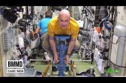 無重力の宇宙空間で体重を量るには?